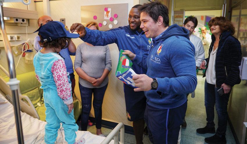Festa di Carnevale per i piccoli pazienti del Gemelli insieme agli azzurri del rugby
